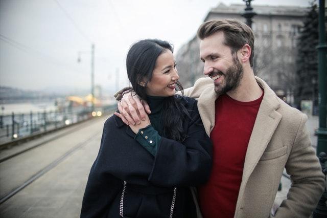 blije man en vrouw