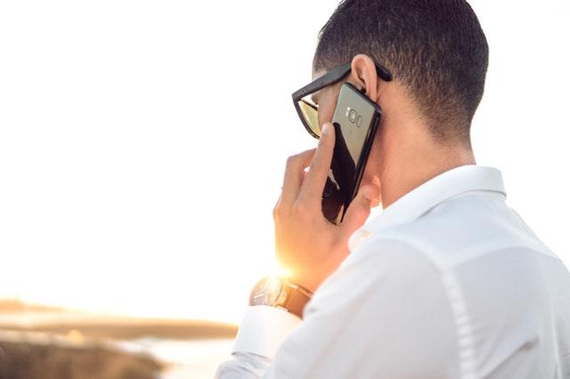 Man met telefoon