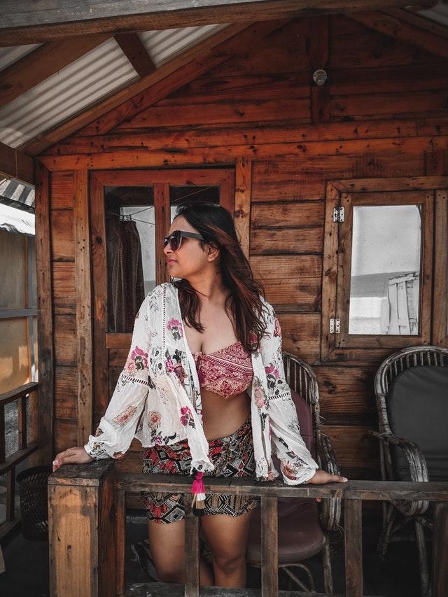 mooie vrouw die in een veranda staat