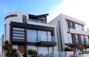 foto van een huis met kunststof kozijnen
